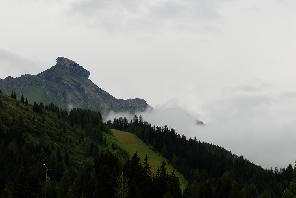 La cima Cappello, tra le nubi, all'alba