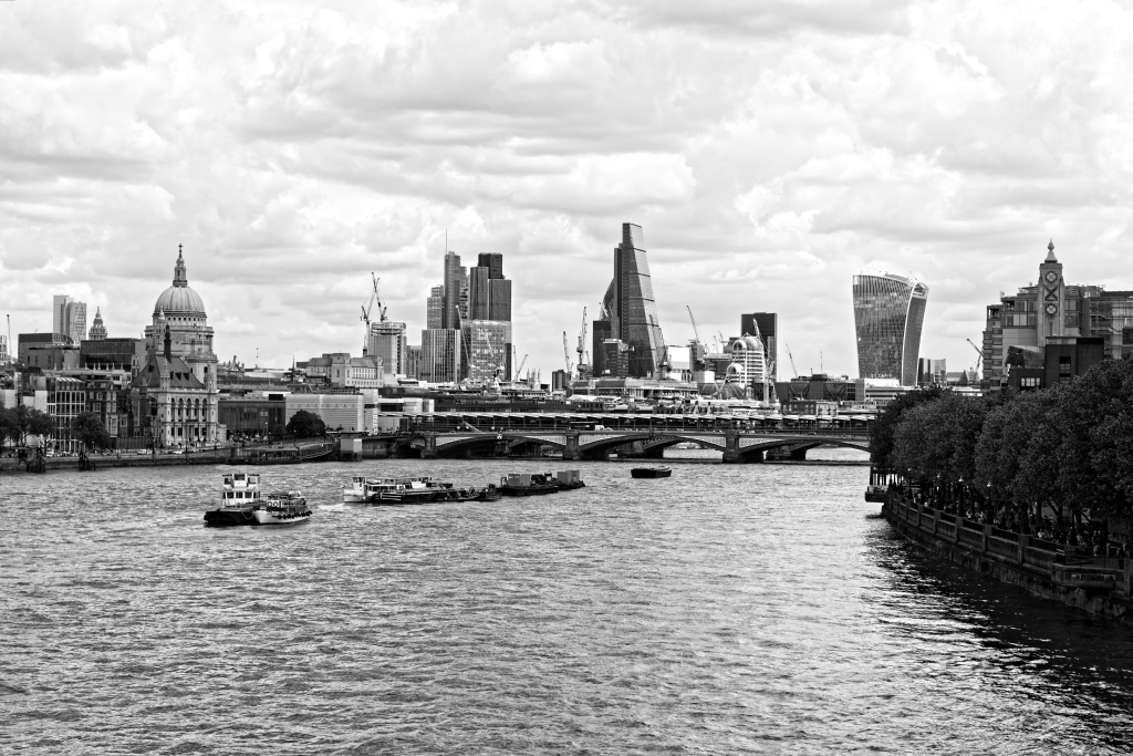 Il blackfriars bridge e la skyline della city